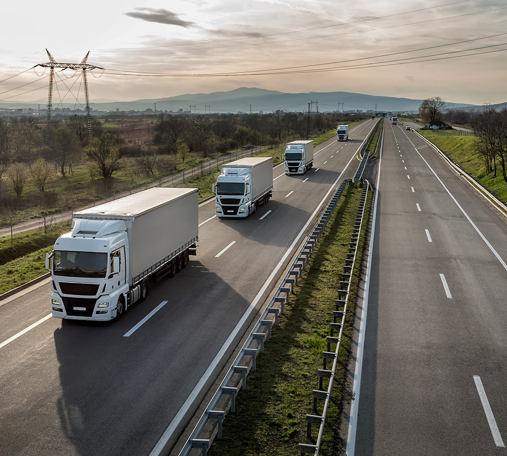 Autopista con camiones de transporte